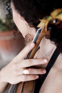 טניה וינוקור מעצבת את הטבעת שלה עם Joulou