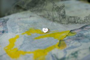 חריטה של שם בעיצוב לב